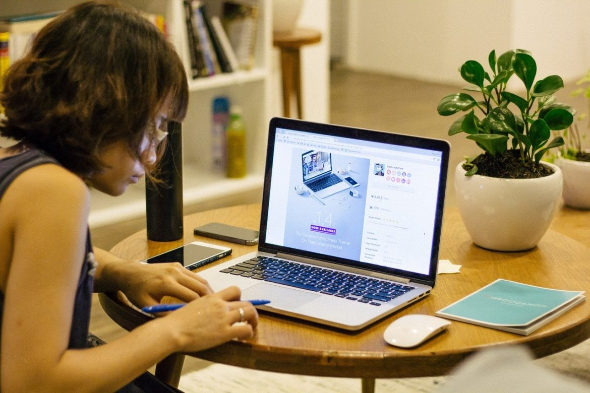 WOMAN AT HOME WORKIN ON A LAP TOP FROM HOME